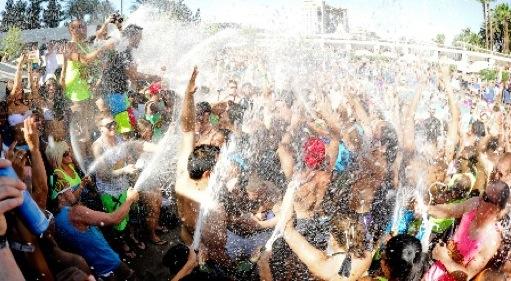 Champagne_showers_groove_cruise_LA